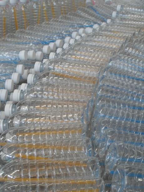 Bouteilles d'eau en plastiques jetées et recyclées