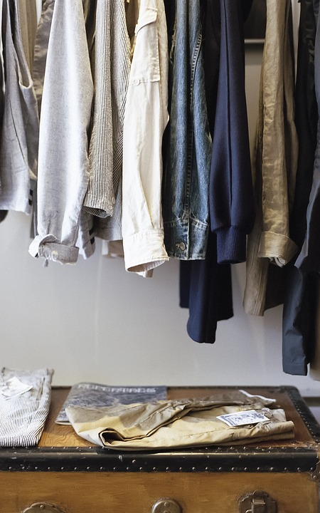 Trier vos vêtements et acheter des vêtements d'occasion plutôt que du neuf
