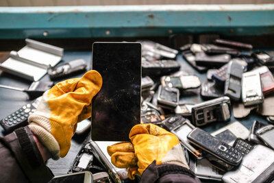 Hérault: plusieurs maires organisent une collecte pour recycler les mobiles obsolètes