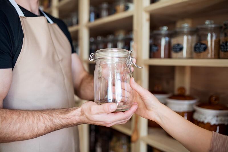 Des commerçants encouragent l'utilisation de contenants réutilisables pour réduire les déchets