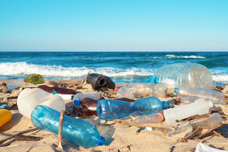 L'océan recrache des déchets sur les côtes de Durban en Afrique du Sud