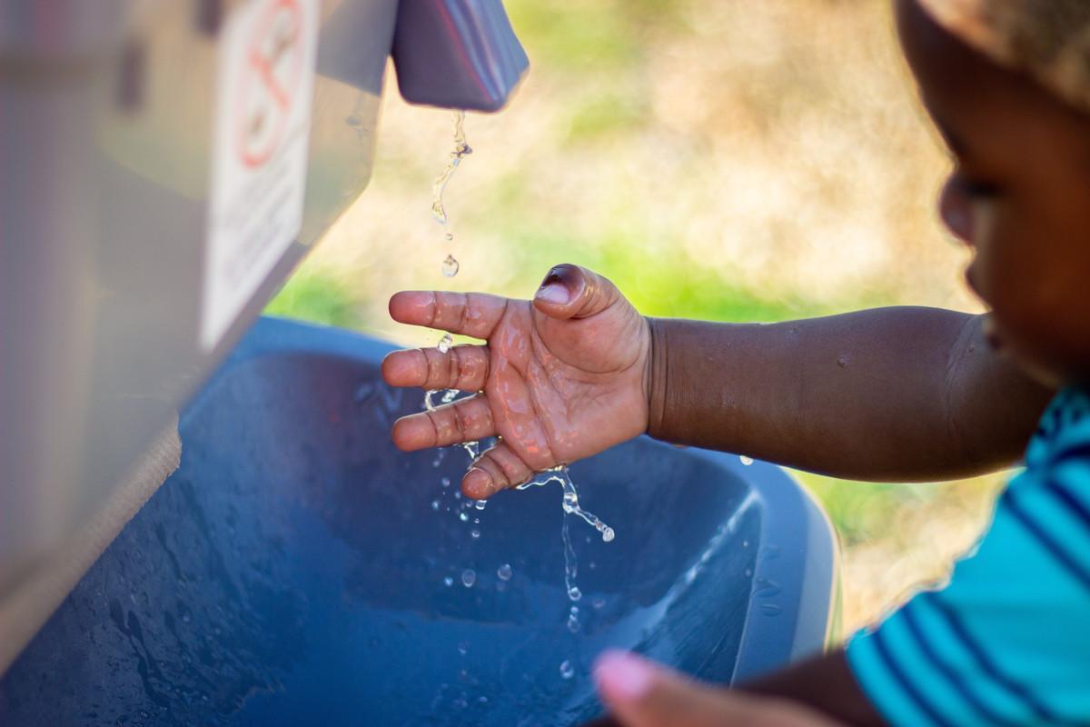 Un Kényan de 9 ans invente une machine lavant les mains sans risque de contamination