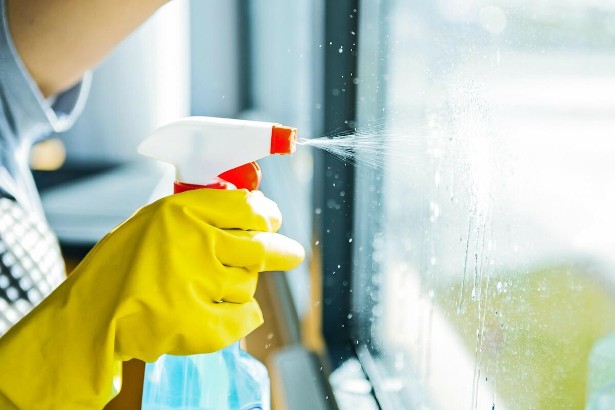 Fabriquer un nettoyant naturel pour vitres et miroirs