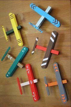 Petits avions avec des bâtons de glace