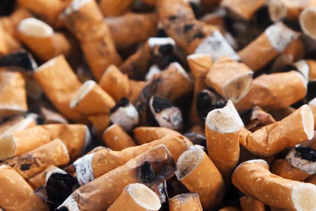 Eteindre les mégots de cigarette dans un cendrier